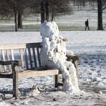 snowman_sitting_on_benc_450